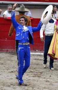 Dando-la-vuelta-al-ruedo-Pablo-Hermoso-de-Mendoza-Foto-Gerardo-Reyes-196x300